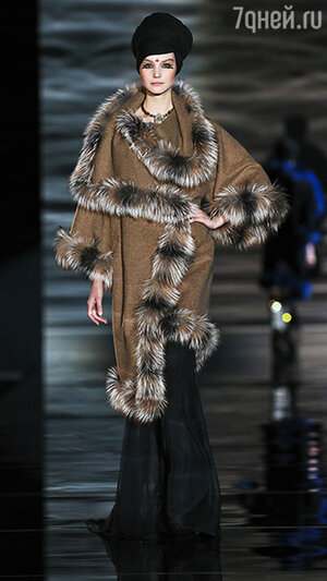 Модель показа Ma Ya в рамках Mercedes-Benz Fashion Week