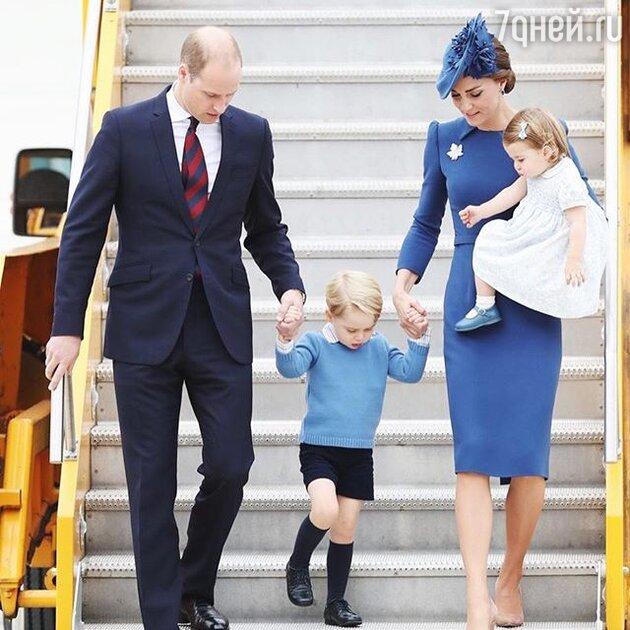 Кейт с мужем и детьми на трапе самолета