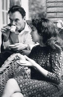 С женой Гитаной в Италии, на встрече с режиссером Федерико Феллини. 1963 г.