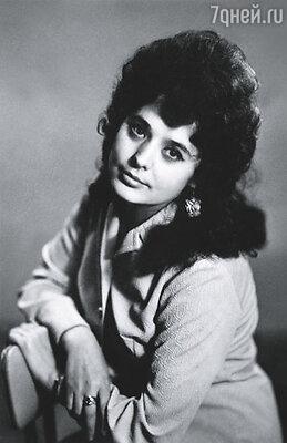 Мама была очень яркой  и красивой. Длинные черные волосы, смуглая кожа, лучистые глаза