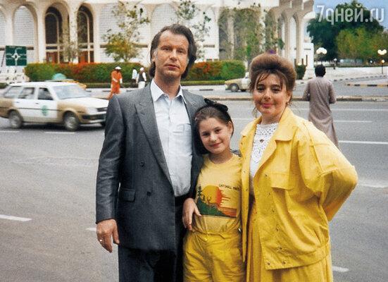 Мама сопровождала мужа в поездках за границу, ходила с ним на все приемы... (Шилов с женой и дочкой Машей)