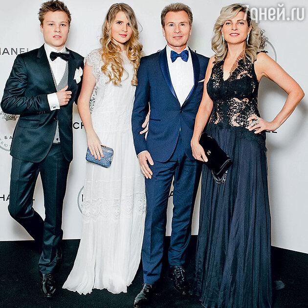 Александр Малинин с женой Эммой, сыном Фролом идочерью Устиньей