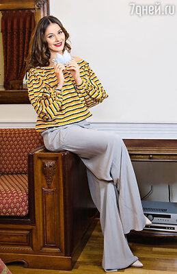 На Оксане блуза YSL, брюки RICK OWENS, ТД «ЦУМ»; пинетки LADIA, «КЕНГУРУ»