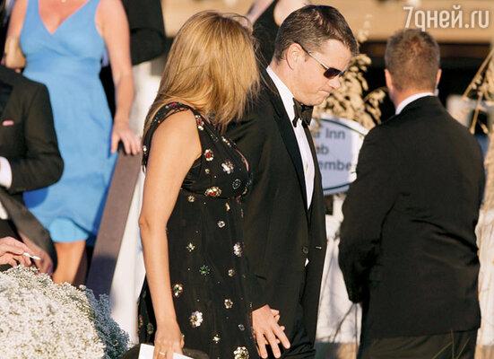 Дэймон с женой направляется на свадьбу друга