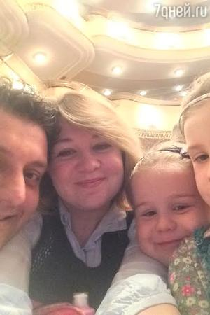 Михаил и Лариса Полицеймако с дочками
