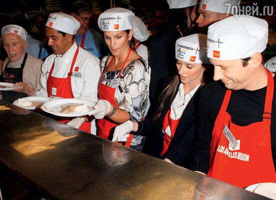 Синди участвует вблаготворительной акции в помощь бездомным. Лос-Анджелес, 2009 г.