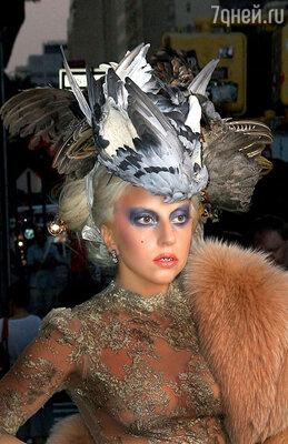 В этой шляпе певица позировала известному фотографу Энни Лейбовиц. Нью-Йорк, 2009 г.