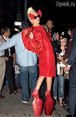 Леди Га-Га общается с поклонниками на улицах Нью-Йорка. 2011 г.