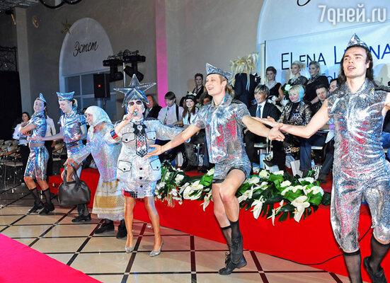 Зажигательные танцы и песни Александра Пескова (в центре)  стали финальным аккордом перед объявлением результатов конкурса «Сладкая женщина»