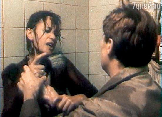 Эпизод, в котором Тимошин засовывает пьяную жену Наташу под душ, снимали, буквально умирая со смеху
