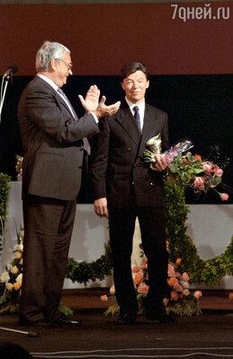 Председатель жюри III «Кинотавра» Егор Яковлев вручил приз за лучшую мужскую роль Александру Збруеву. 1993 г.