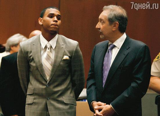 В суде Крис Браун вел себя, как кающийся грешник (с адвокатом Марком Джерагосом)