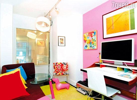 Еще одну гостевую комнату Рианна превратила в кабинет