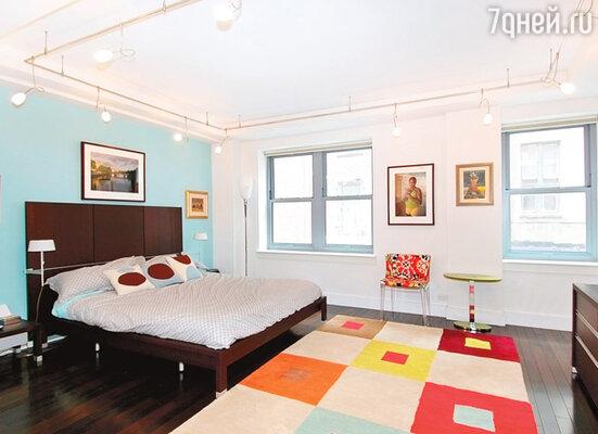 Спальня хозяйки полна света и ярких красок