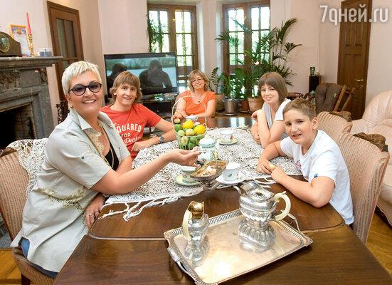 Татьяна со старшим сыном Михаилом, сестрой Инной, племянницей Александрой и младшим сыном Тимофеем в гостиной их нового дома впоселке Ильинский