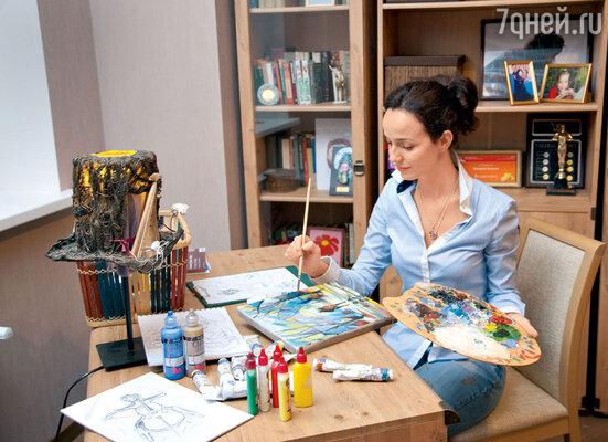 В новом доме Валерия выделила себе небольшой кабинет, где можно уединиться с книжкой или с альбомом для рисования. «Мольберта пока у меня нет, но я его точно куплю. Не знаю, с чем это связано, но в новом доме я стала очень часто рисовать»,— поделилась актриса