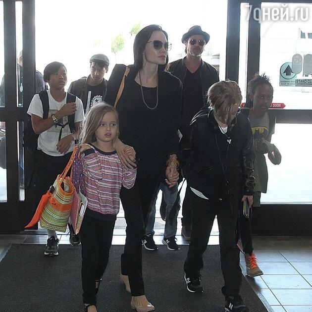 Анджелина Джоли и Брэд Питт с детьми в аэропорту