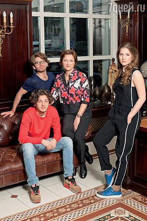 Дарья Дроздовская с Максимом, Сашей (сидит) и Дашей Олейниковыми