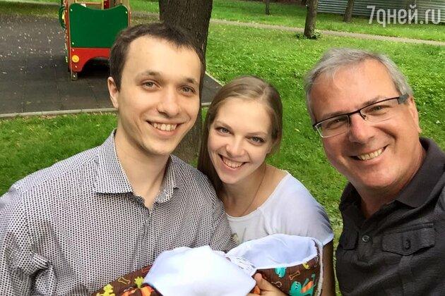 Алексей Лысенков с дочерью Анастасией, внуком Тимофеем и зятем Алексеем