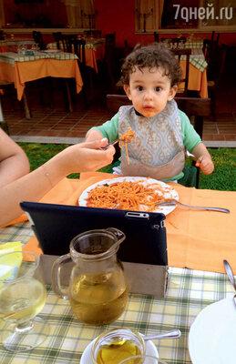 Соломон учится есть спагетти
