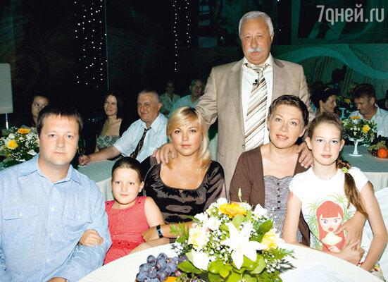 Леонид Аркадьевич со своими самыми близкими людьми: женой Мариной и дочерью Варварой (справа), сыном Артемом, невесткой Лилей и внучкой Соней