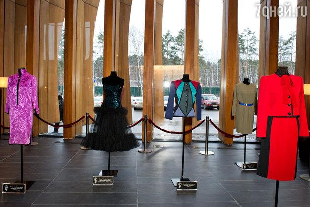 Гости смогли увидеть выставку творений кутюрье на премьере фильма «Ив Сен-Лоран»
