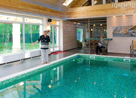 Много лет писатель Эдуард Успенский начинает день с двухсотметрового заплыва