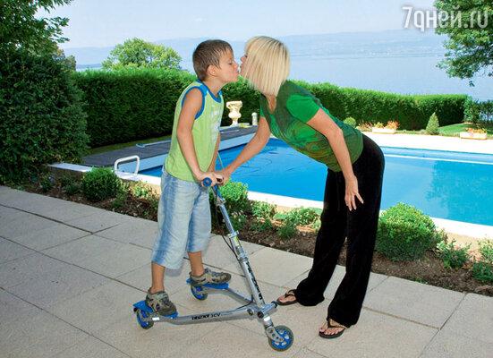 Валерия: «Открытый бассейн в нашем швейцарском шале— главное место развлечений детей и Иосифа» С младшим сыном Арсением