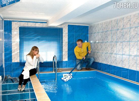 Актриса Елена Яковлева считает, что и этот бассейн для их небольшой семьи великоват. С мужем, актером Валерием Шальных