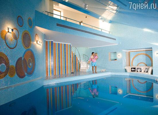 Для знаменитого хоккеиста Ильи Ковальчука, привыкшего к ежедневным спортивным нагрузкам, большой бассейн — сущая необходимость. С супругой Николь