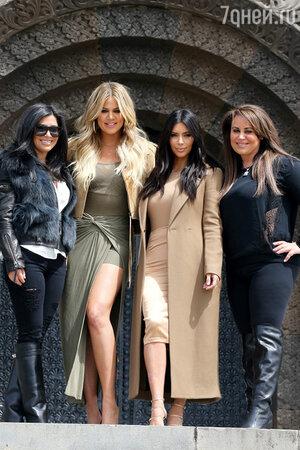 Ким Кардашьян и Хлои Кардашьян со своими кузинами у монумента «Мать Армения»