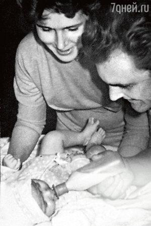 Юрий Яковлев с первой супругой Кирой и дочерью Аленой. 1961-е г.