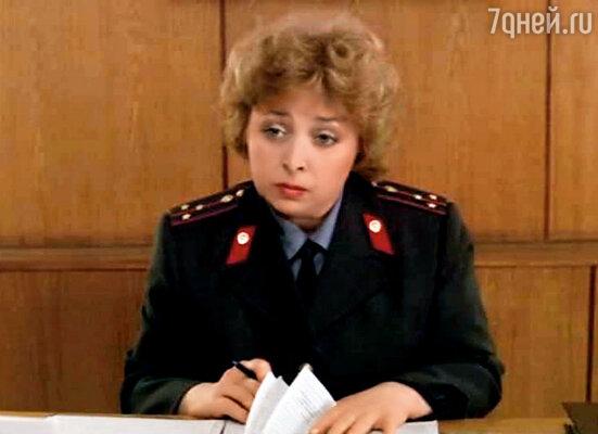 С Леной Яковлевой мы сдружились на съемках «Интердевочки», где я сыграла работницу ОВИРа. Были с Юрой свидетелями на ее свадьбе