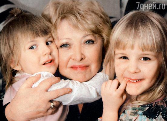 С моими внучками Полиной и Аней