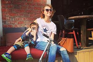 Лянка Грыу на прогулке со своим сыном
