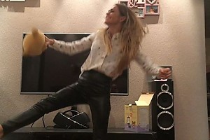ВИДЕО: Анна Хилькевич приучает дочку к современным танцам