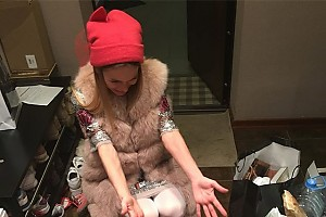 Дочка Анны Хилькевич помогает ей прибираться дома