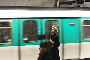 Рената Литвинова перемещается по Парижу на метро