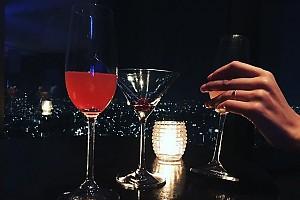 Данила Козловский отдыхает в баре в Японии