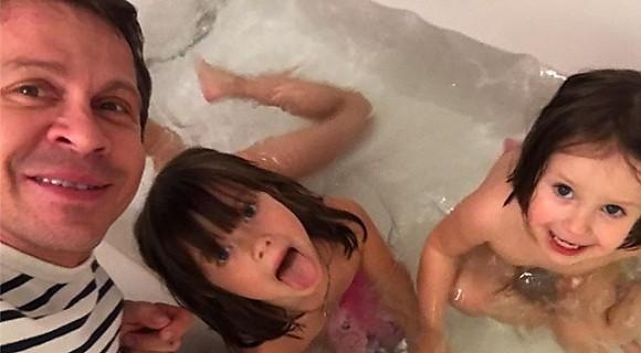 Павел Деревянко купает любимых дочек