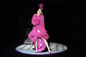 Анастасия Стоцкая вышла на сцену в экстравагантном наряде