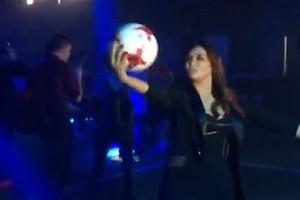 ВИДЕО: Ляйсан Утяшева тренируется за кулисами с футбольным мячом