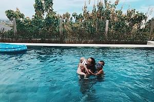 Айза Анохина с двумя сыновьями в бассейне
