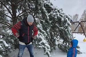 Алексей Чадов с сыном на прогулке