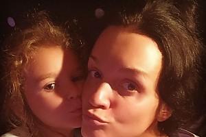 Дочка Славы не может заснуть без совместного селфи с мамой