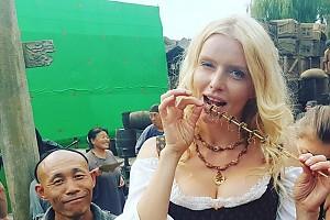 Анна Чурина попробовала скорпионов в Китае