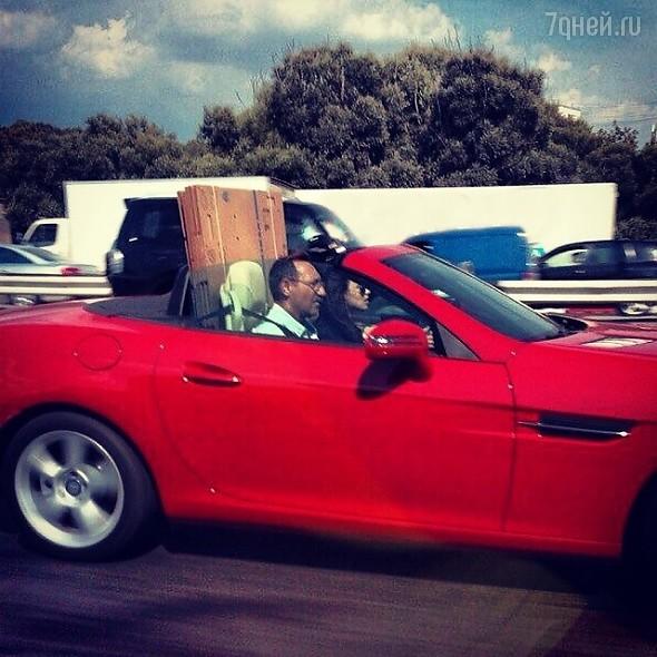 Виктория Дайнеко возит стройматериалы в роскошном кабриолете