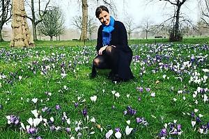 Ксения Алферова радуется первым весенним цветам