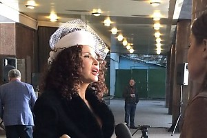 ВИДЕО: дело в шляпе — Эвелина Бледанс на красной дорожке