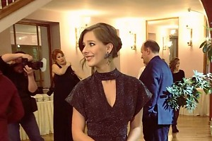 ВИДЕО: элегантная Лиза Арзамасова на премии «Ника»